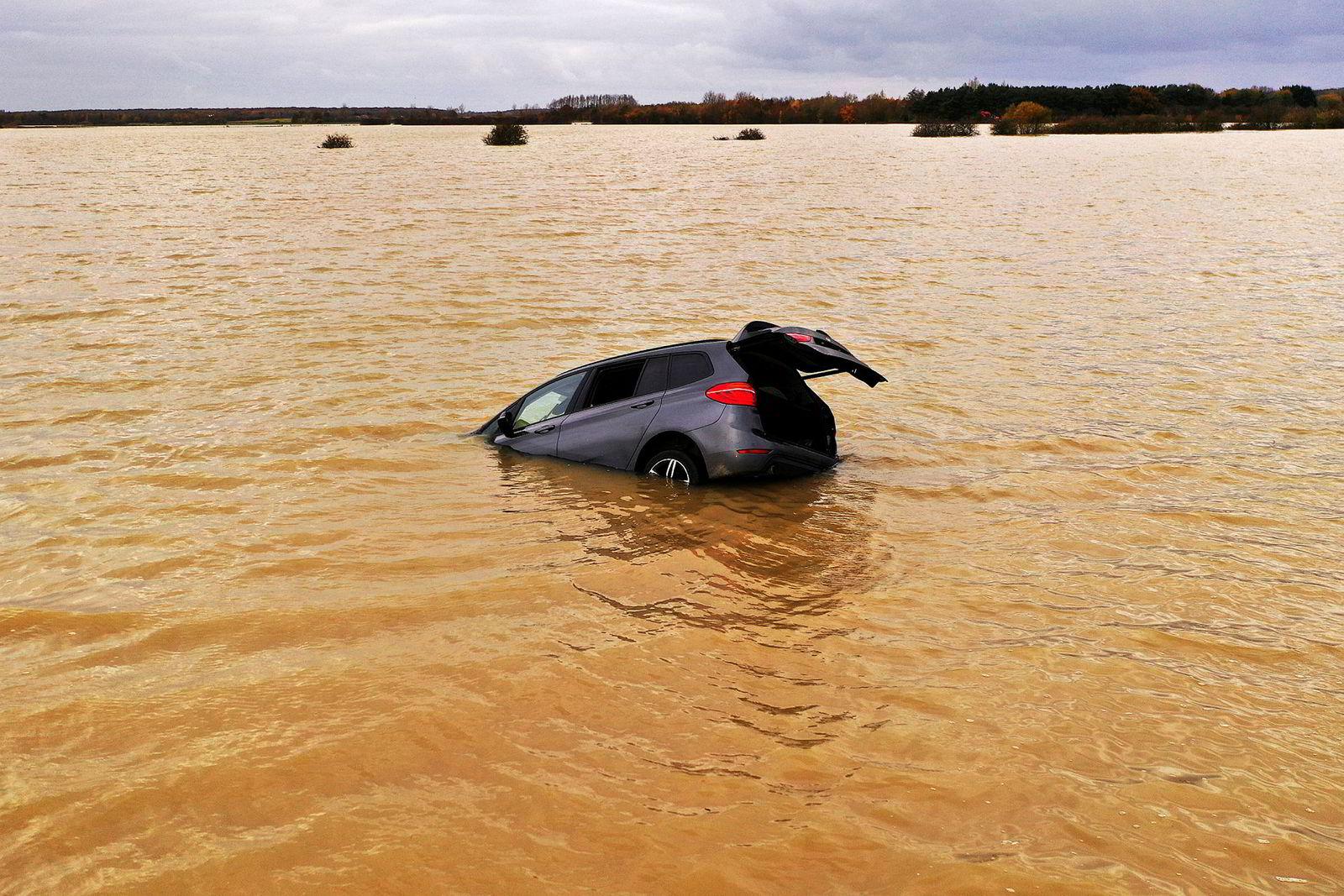 Voldsomt regn ga britene flomutfordringer i midten av november. Her har elven Eua i Lincolnshire, England gått over sine bredder og fanget en bil i vannmassene.
