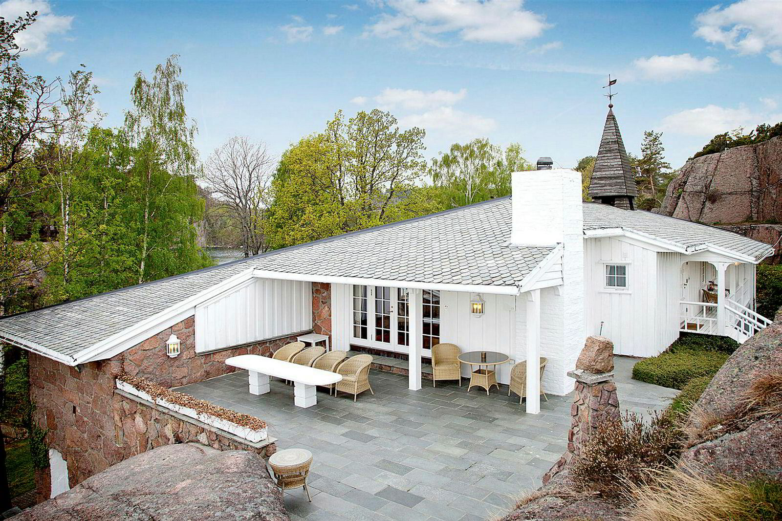 I 2011 kjøpte krafttrader Einar Aas landstedet «Slottet» i Grimstad kommune. Det ble bygget av operasangeren Fanny Elstad på 50-tallet.