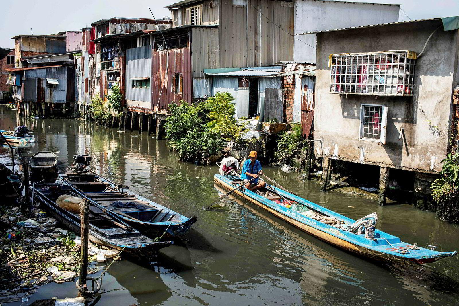 Mye av den daglige handelen og frakt av varer foregår på kanalen.