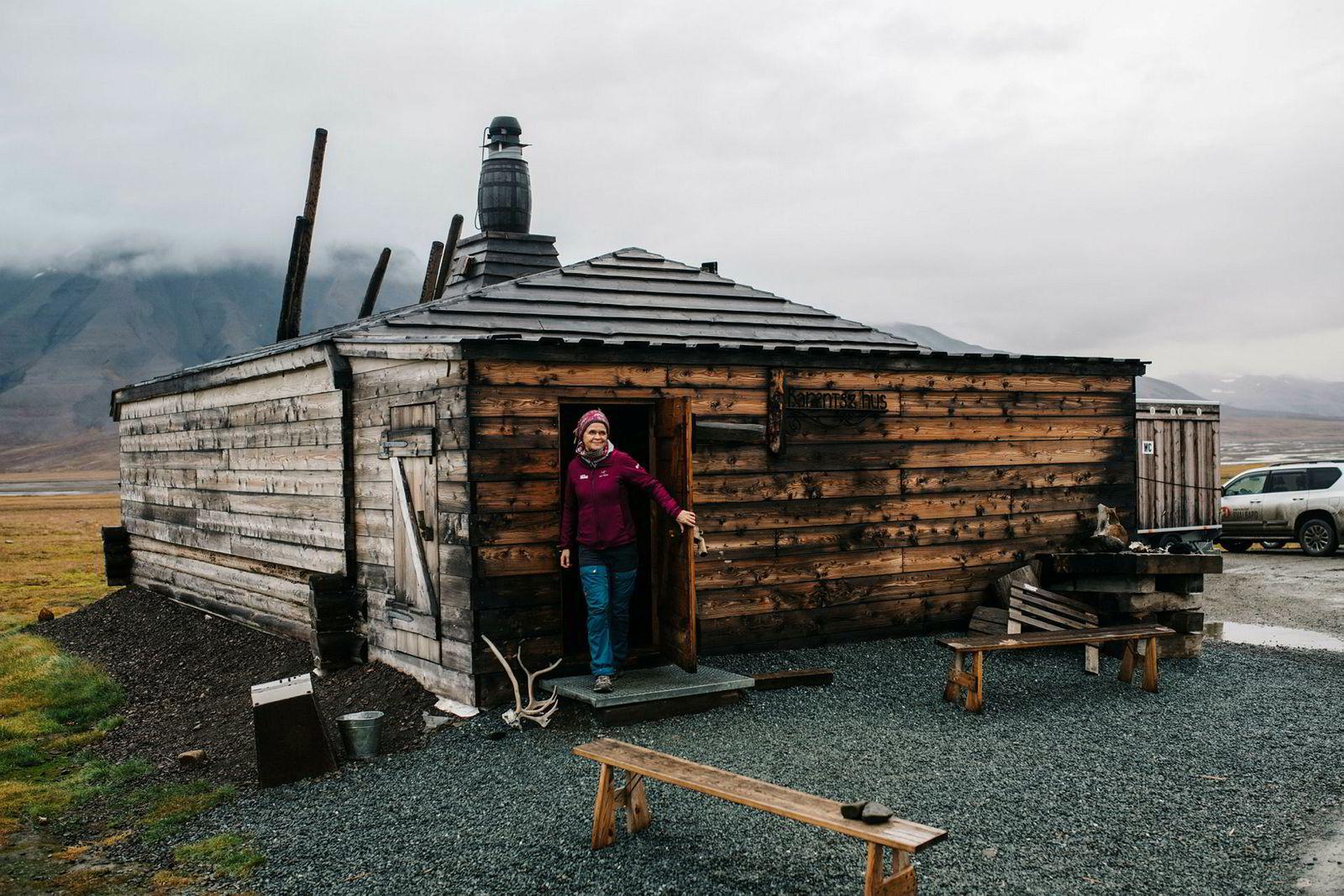 Anne Månum i Hurtigruten på vei ut av hytta i Camp Barentz i Adventdalen.
