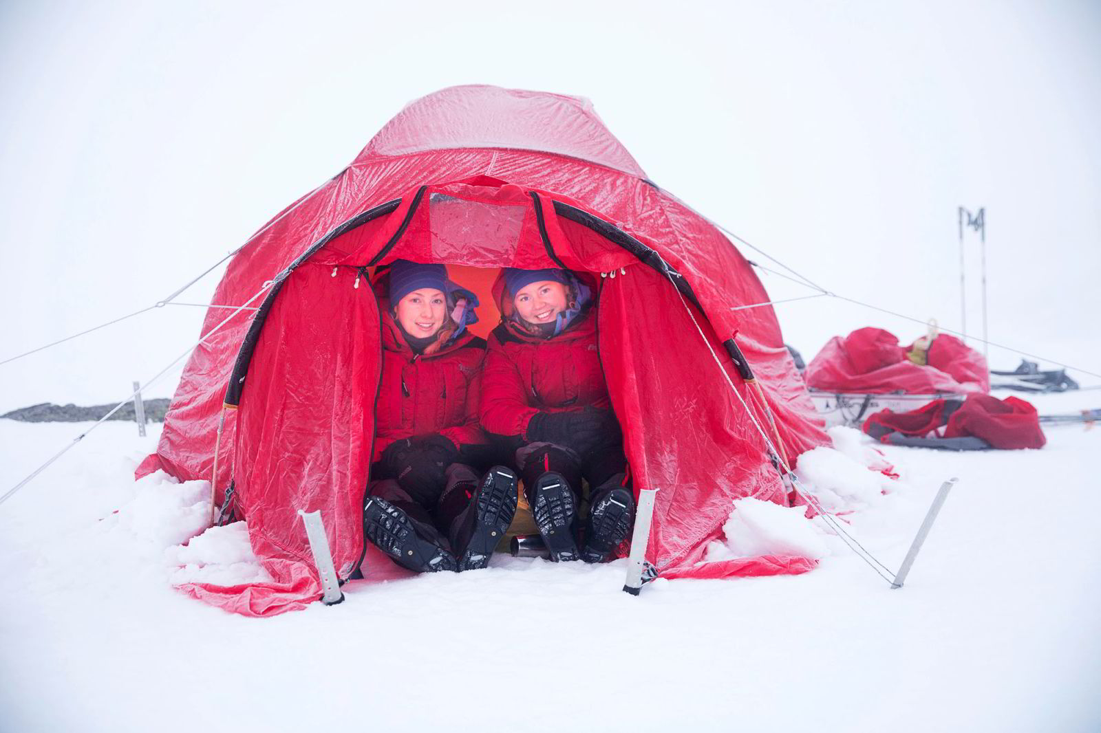 Line Sogn Plassen, til venstre, og Ingeborg Kristine Lind i teltet lørdag morgen.