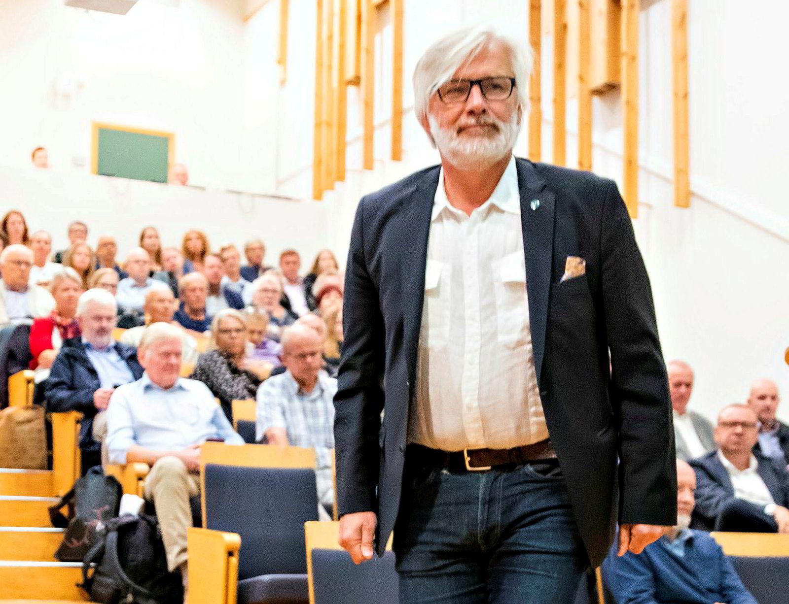 Venstre-politiker Jon Gunnes under togdebatten på biblioteket i Arendal under Arendalsuka i 2019.