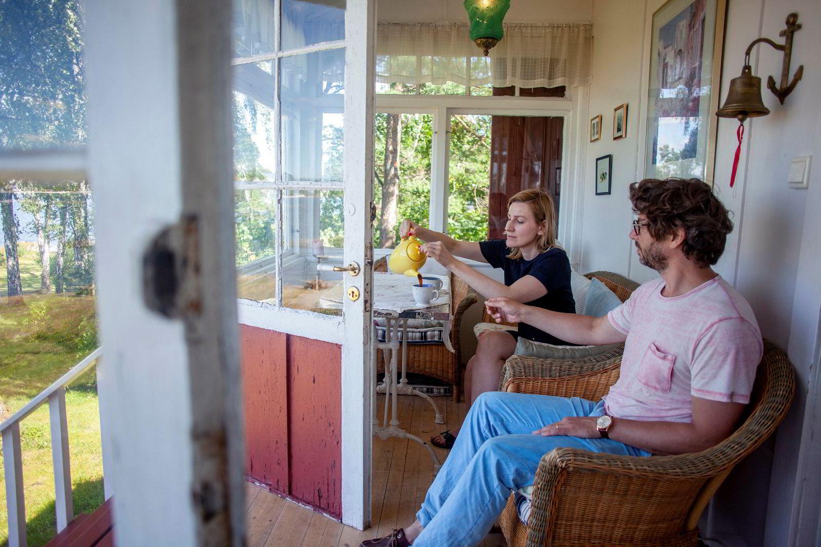 Martin Tesli, som er en av selgerne av familieeiendommen på Lindøya, har allerede kjøpt seg en ny og mer praktisk hytte med kona Natalia.