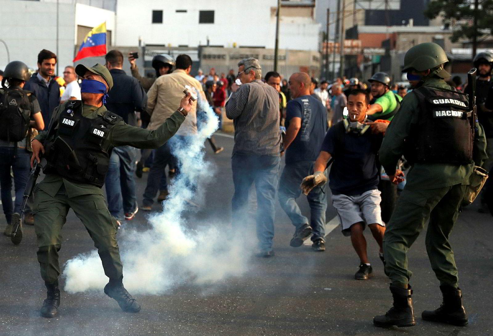 Det er tirsdag nye sammenstøt i Venezuela. Her ved luftbasen Generalísimo Francisco de Miranda ved hovedstaden Caracas.