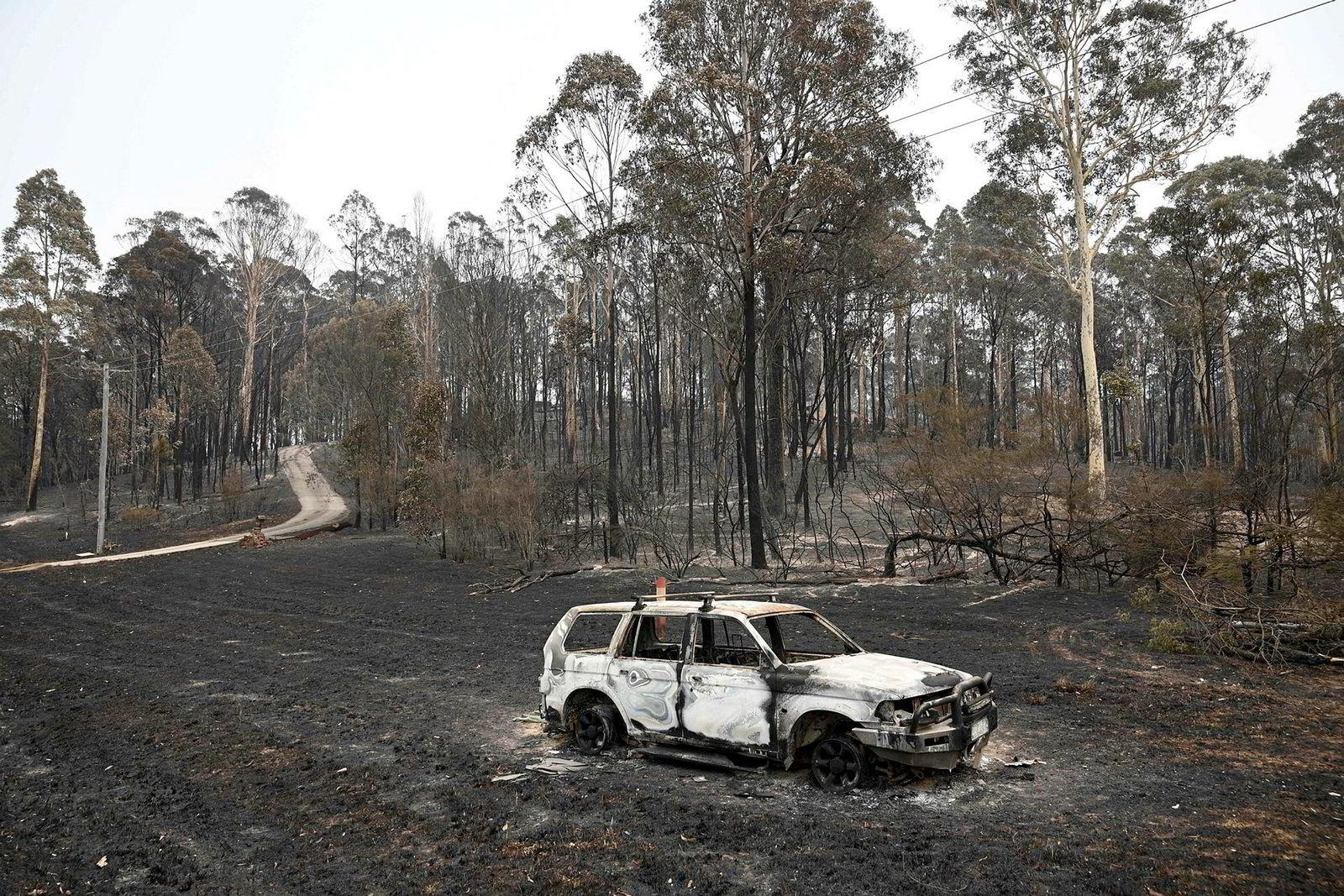 En utbrent bil står igjen på parkeringsplassen ved Batemans Bay i New South Wales. Australia har begynt å flytte ut lokalbefolkningen og startet masseevakuering av turister fra de brannherjede kystområdene. Det er ventet en ny tørr helg som kan starte flere skogbranner.