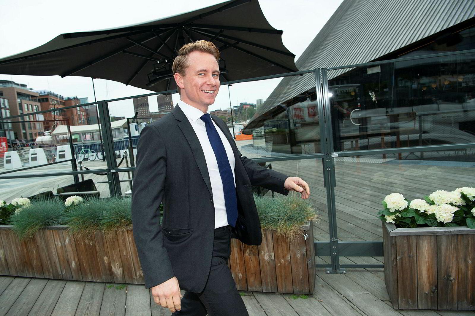 Kristian Røkke (36), sønn av Kjell Inge Røkke, smilte til DNs fotograf på vei inn til restauranten.