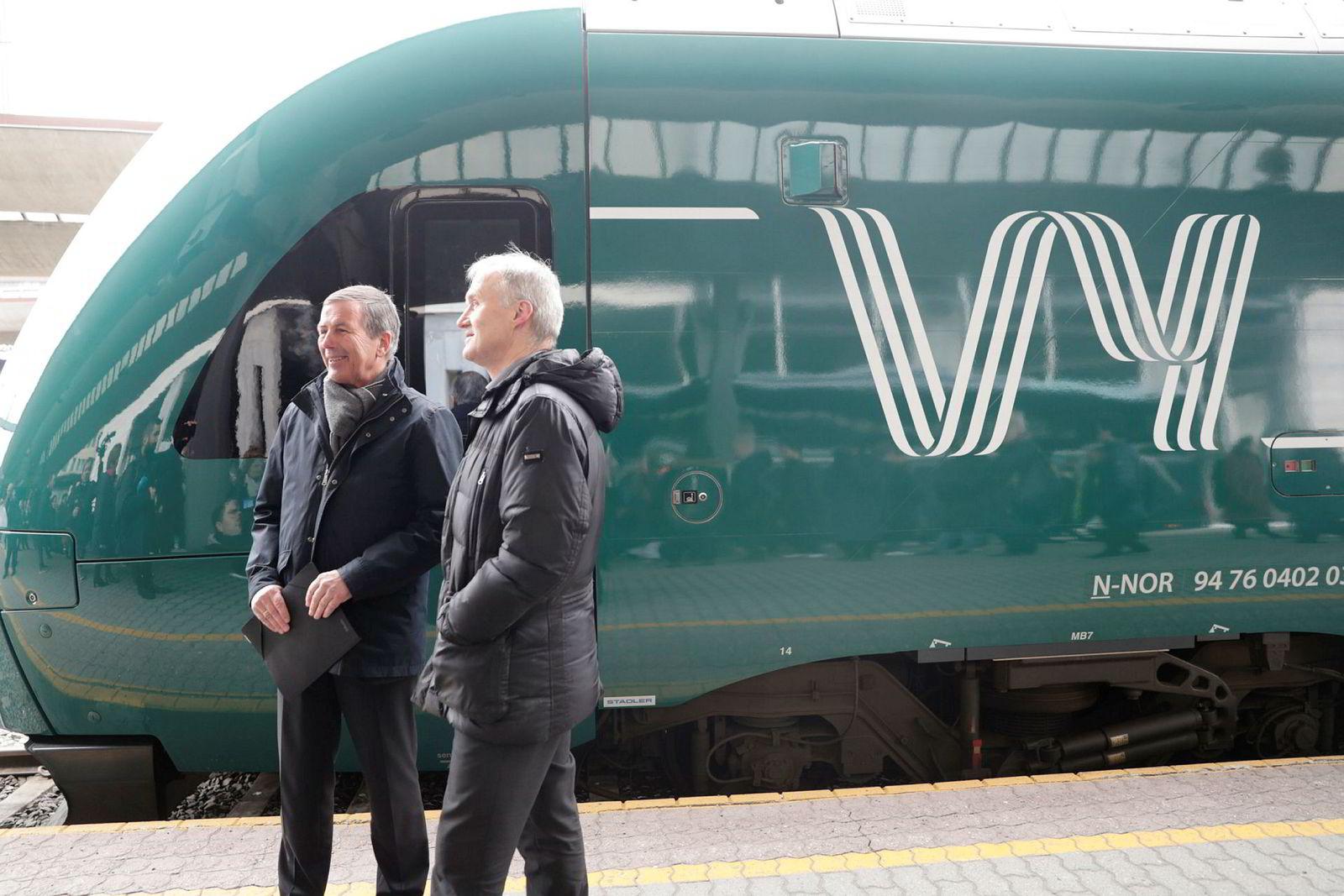 Når NSB bytter navn til Vy vil også togene bli grønne. Styreleder i NSB, Dag Mejdell (til venstre) og konsernsjef i NSB Geir Isaksen.