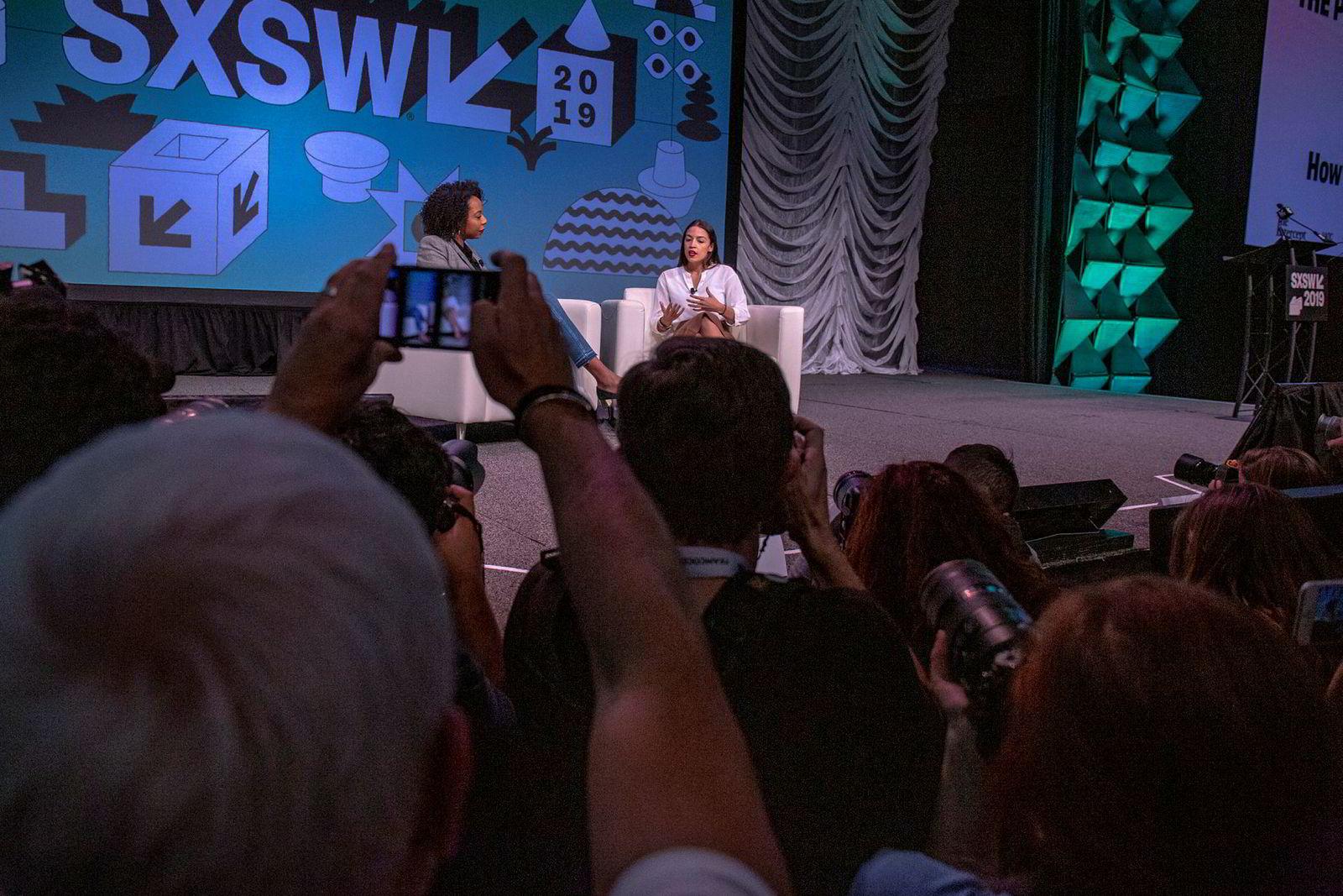 Alexandria Ocasio-Cortez ble intervjuet på scenen i Austin av kommentatoren Briahna Gray i magasinet The Intercept.