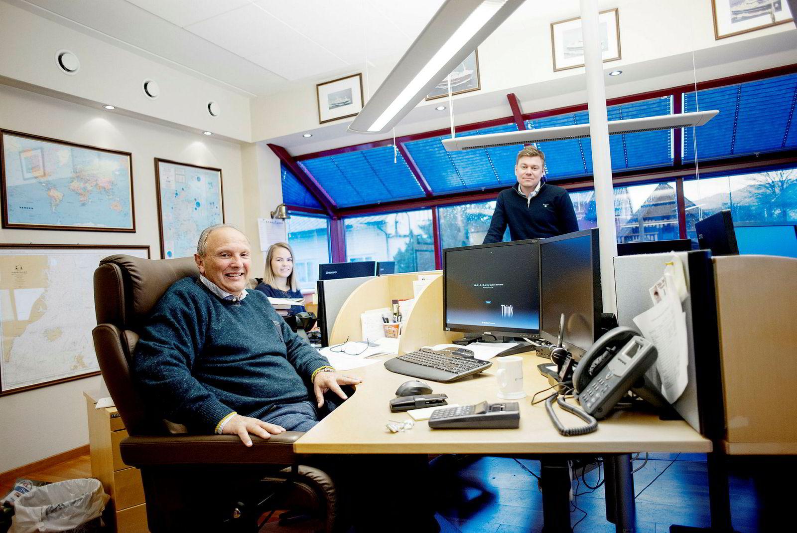 Fra kontoret i Fosnavåg selger Polar Seafrozen hvitfisk og skalldyr til en lang rekke land i Asia og Europa. Fra venstre: Bjørn Otterlei, Sara Ytrebø Rødseth og Anders Vågsholm