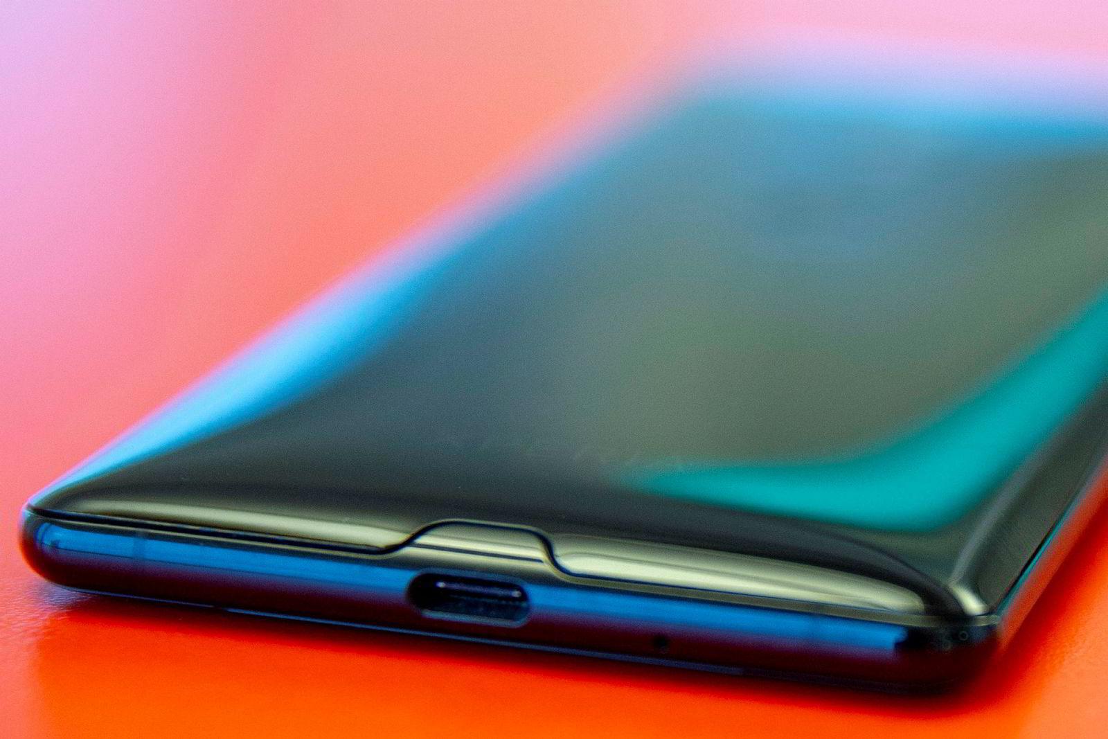 Formen på Sony Xperia XZ3 er langt mer avrundet enn før.