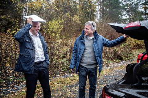 Johnny Danielsen (til venstre) trenger hjelp fra Bertel O. Steen-kollega Arne Lyslo Kristiansen for å åpne bagasjerommet på Lexus.