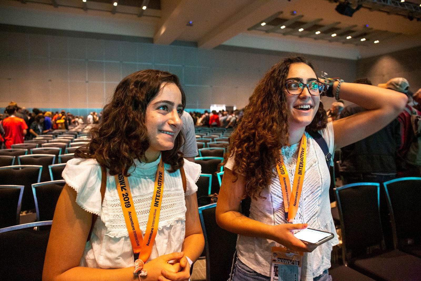 Nura Salhadar (til venstre) og Samia Paghestani er oppvokst i Texas på grensen til Mexico og studerer ved Universitetet i Austin. De er oppglødd etter opptredenen til Ocasio-Cortez og vil delta i grasrotbevegelsen.
