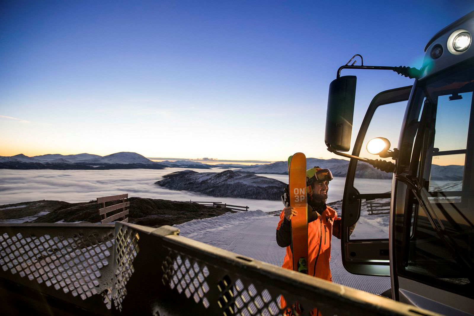 Tidlig om morgenen på årets nest mørkeste dag sier Dennis Risvoll takk for skyssen til Jon Odnes, som kjører løypemaskinen i Lemonsjøen skisenter.