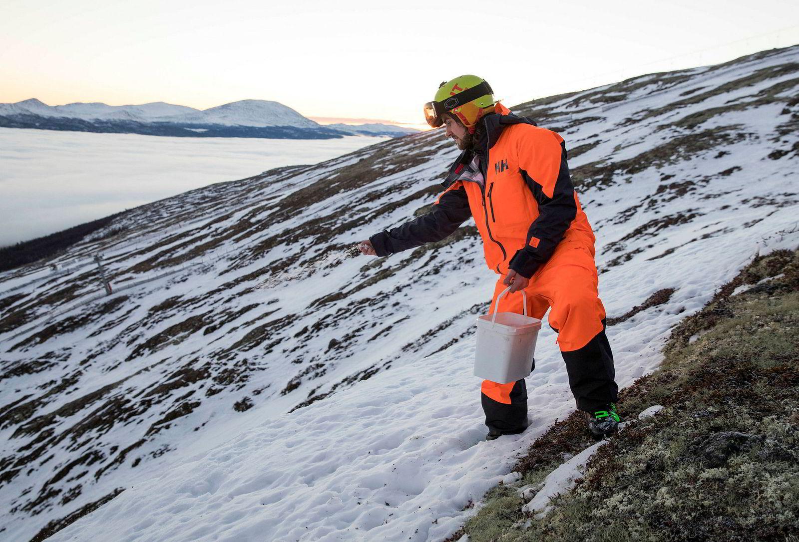 Dennis Risvoll salter tilløpet i et forsøk på å gjøre det litt mykere før han skal ta en baklengs salto utfor en klippe ved Lemonsjøen skisenter, i bakgrunnen.
