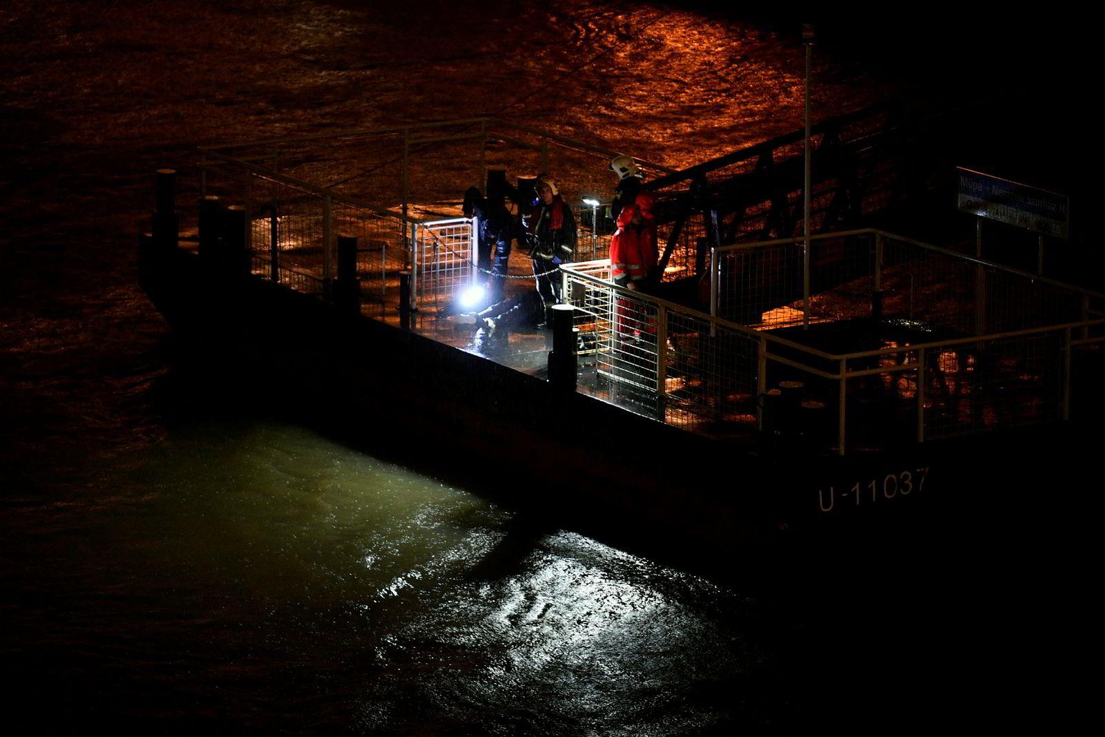Redningspersonell og politi søker etter overlevende etter at en båt kantret og sank på elva Donau i Budapest sent onsdag kveld.