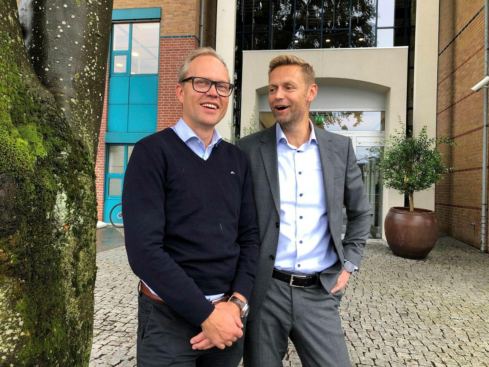 Sjeføkonom Kyrre Knudsen (til venstre) i SR-Bank ser lyst på utsiktene i oljeland der han står sammen med finansdirektør Inge Reinertsen i banken.