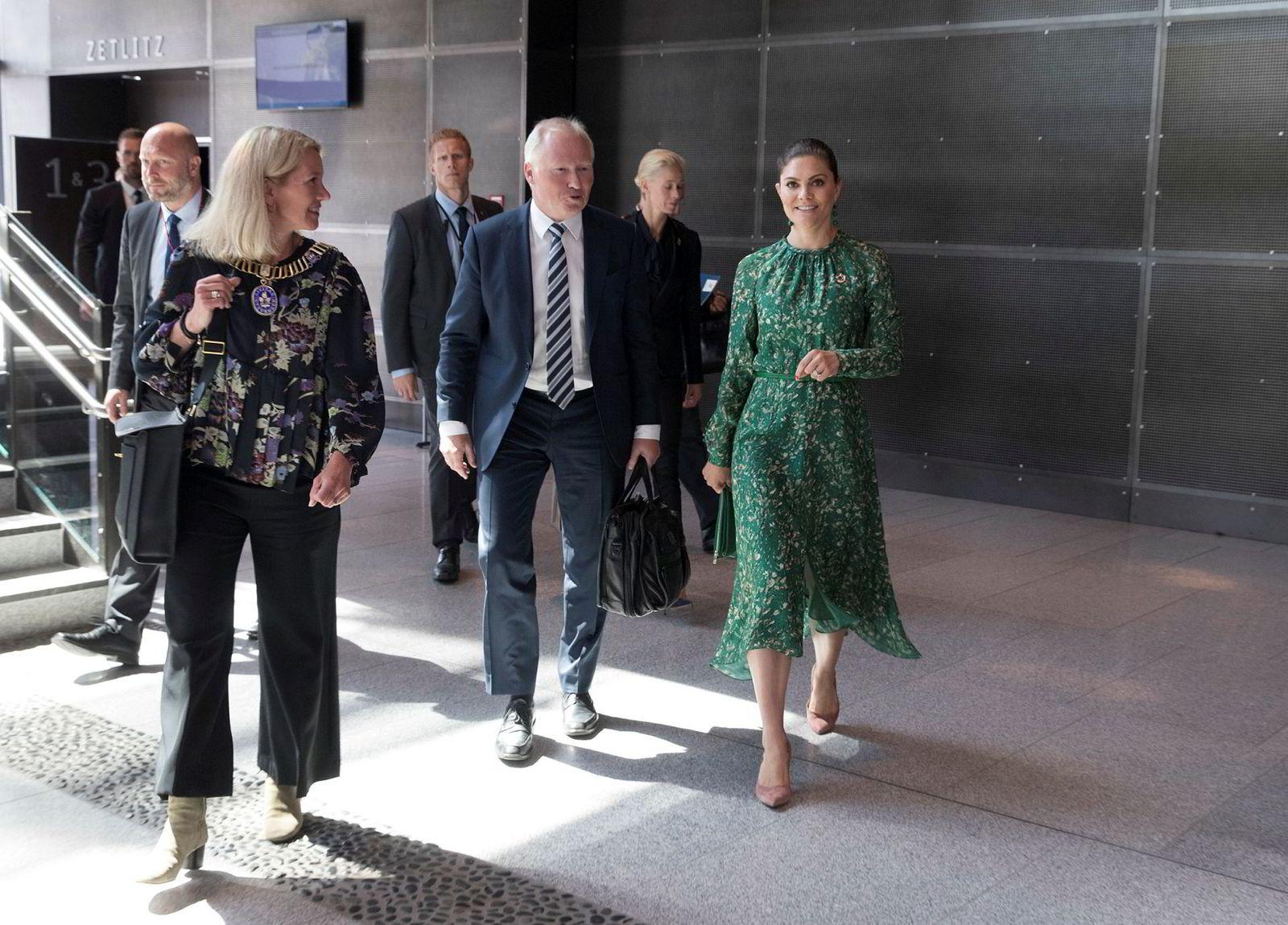 Akva Group-konsernsjef Knut Nesse (i midten) på konferansen Aquavision i Stavanger i 2018. Til venstre er daværende ordfører Christine Sagen Helgø (H) og til høyre er Sveriges kronprinsesse Victoria.
