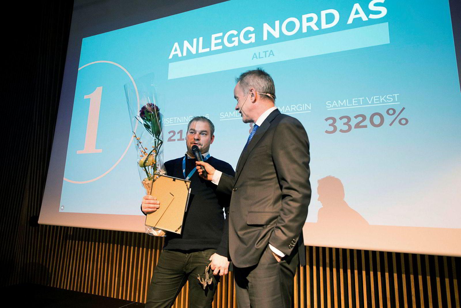 Christian Oskarsson (til venstre) mottok det synlige beviset på at selskapet hans er gasellevinner i Finnmark av sjefredaktør Amund Djuve i Dagens Næringsliv.