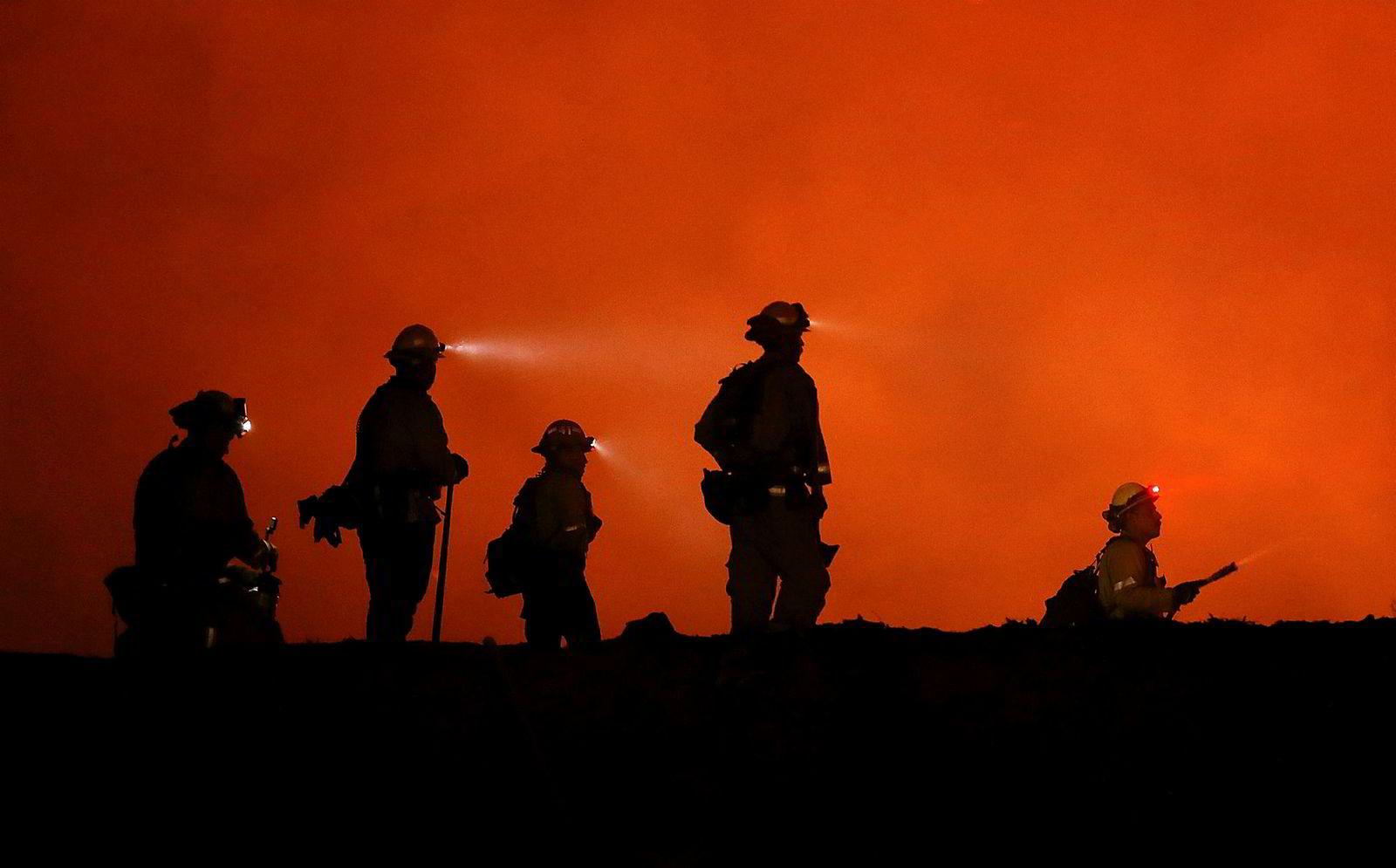 Brannmenn sloss mot flammene i Medocino brannen, nær Lodoga i California er en av de største brannene som herjer i delstaten. Så langt er over 75 hjem gått opp i røyk