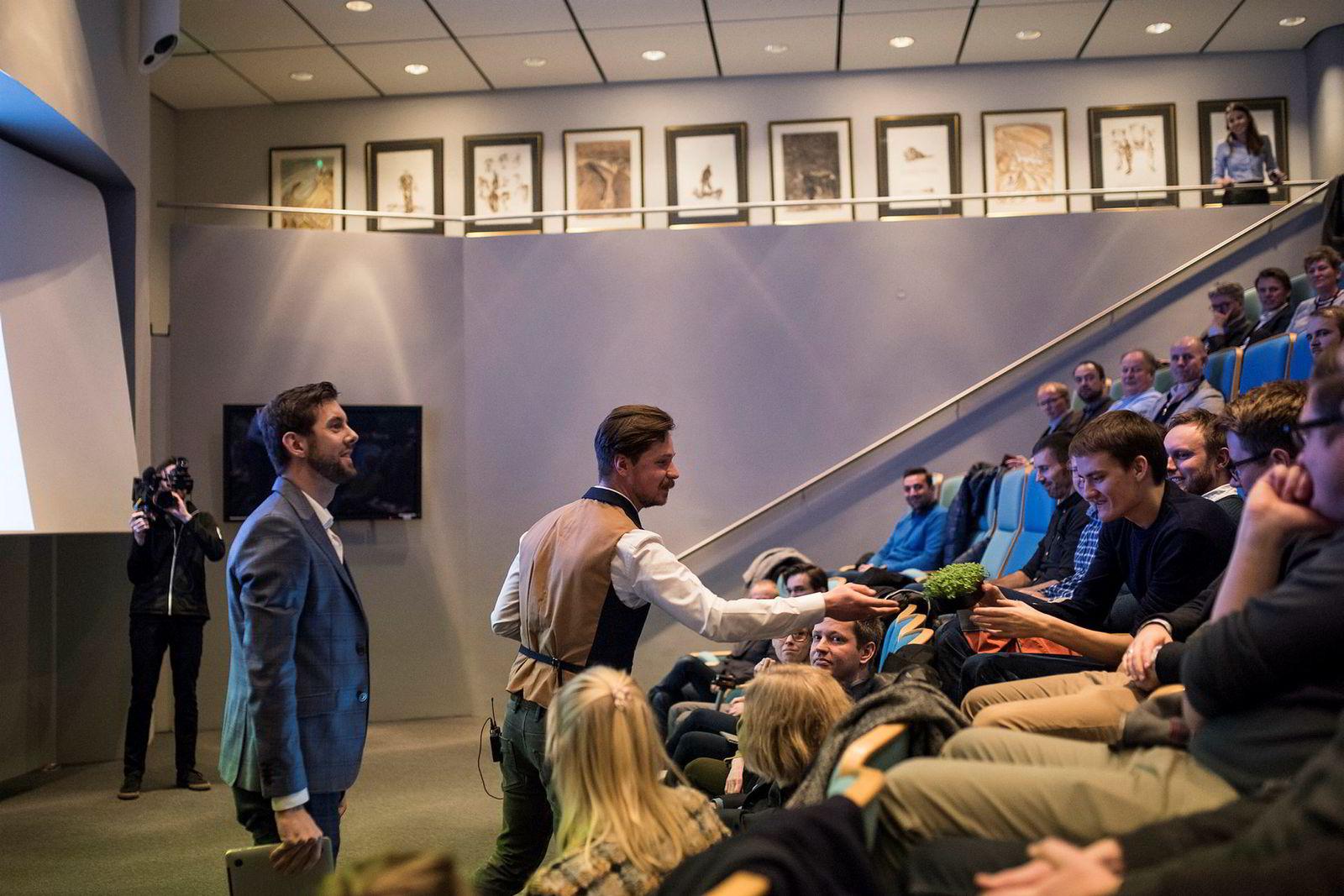 Kamil Slowik (i midten) lar potensielle investorer smake på produktene under en investorpresentasjon i regi av SR-Bank. Til venstre står gründerhjelper Magnus Meisal.