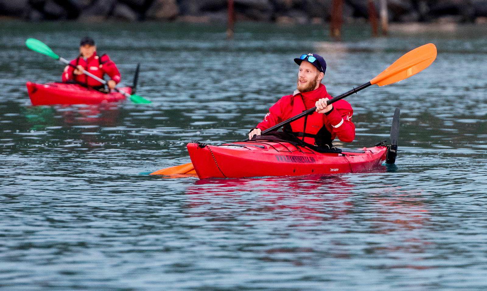 Morten Bjørsland Hansen fra Elverum (foran) skal padle til de ytterste øyene for å se solen gå ned i havgapet.