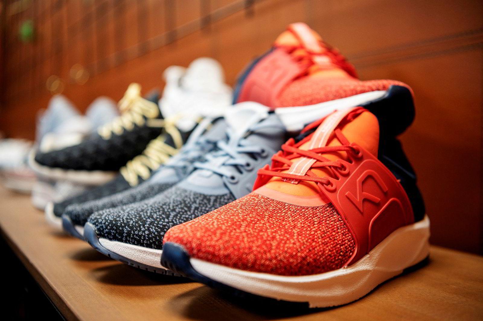 Sko kom inn i nettbutikkens sortiment da man begynte å ta bilder av antrekk og måtte finne sko som matchet.