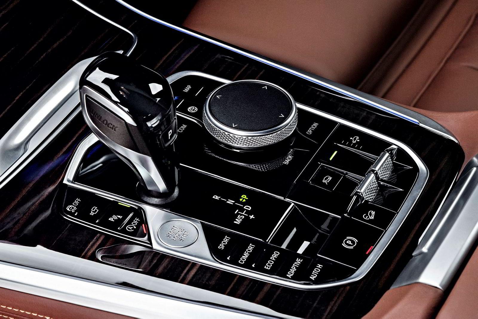 BMW grupperer betjeningen i bilen.