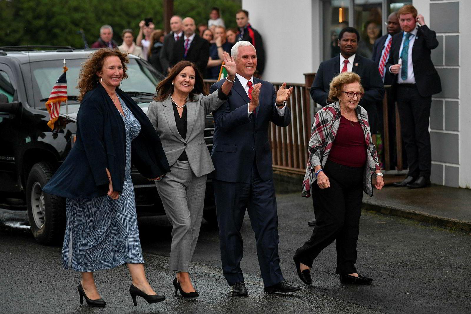 Visepresident Mike Pence under besøket i Doonbeg sist uke. Pence hadde også med seg søsteren Anne Pence Poynter (fra venstre), konen Karen Pence og moren Nancy Pence Fritsch til Irland.