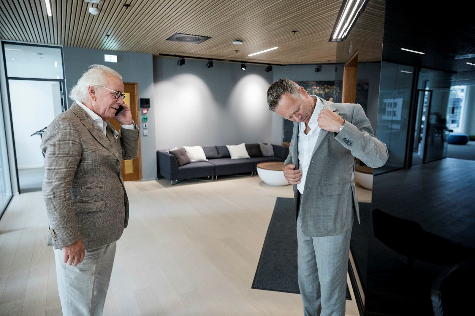 Fra venstre til høyre, Jan Alsén grunnlegger av Morris Stockholm og Dag Teigland daglig leder i Holta Invest. Dag Teigland mottok kompliment for dressen sin og leter ivrig etter merket.