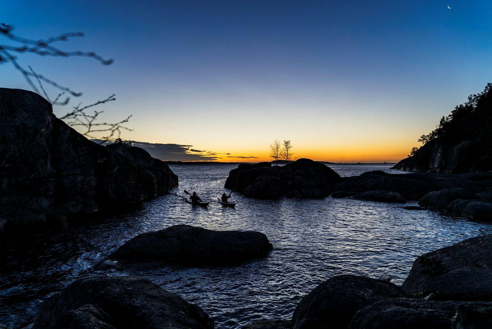 Noen få dager i desember hvert år kommer solen opp av havet i Kristiansandsfjorden. Da sørger Lars Verket for å få tatt en tur i kajakken så ofte som vær og vind tillater.