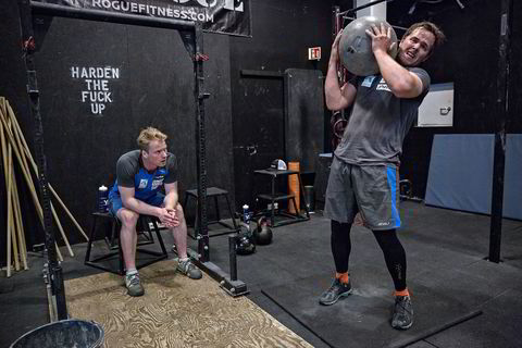 Bjørnar Neteland løfter en stein på over 40 kilo mens Jonathan Nordbotten har pause.