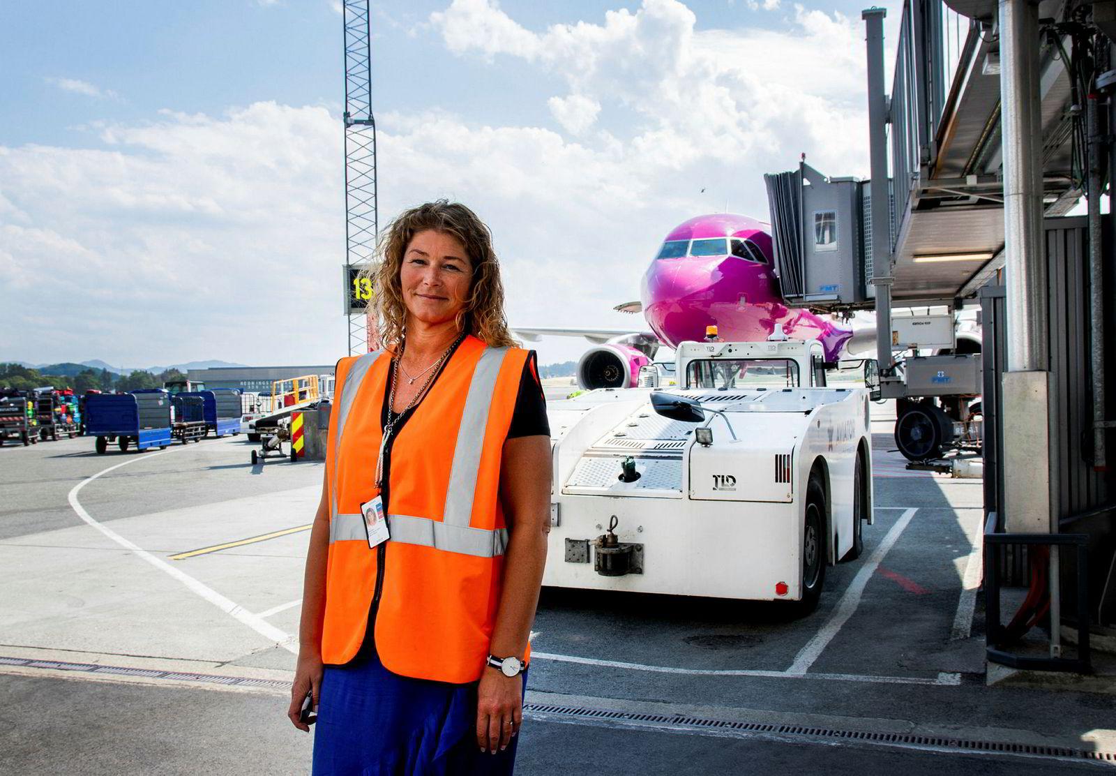 – I fremtiden vil det også bli tilrettelagt for lading av elfly ved broene vi setter opp, forklarer Anette Sigmundstad Heggen, sikkerhets- og kvalitetssjef ved Stavanger Lufthavn Sola.