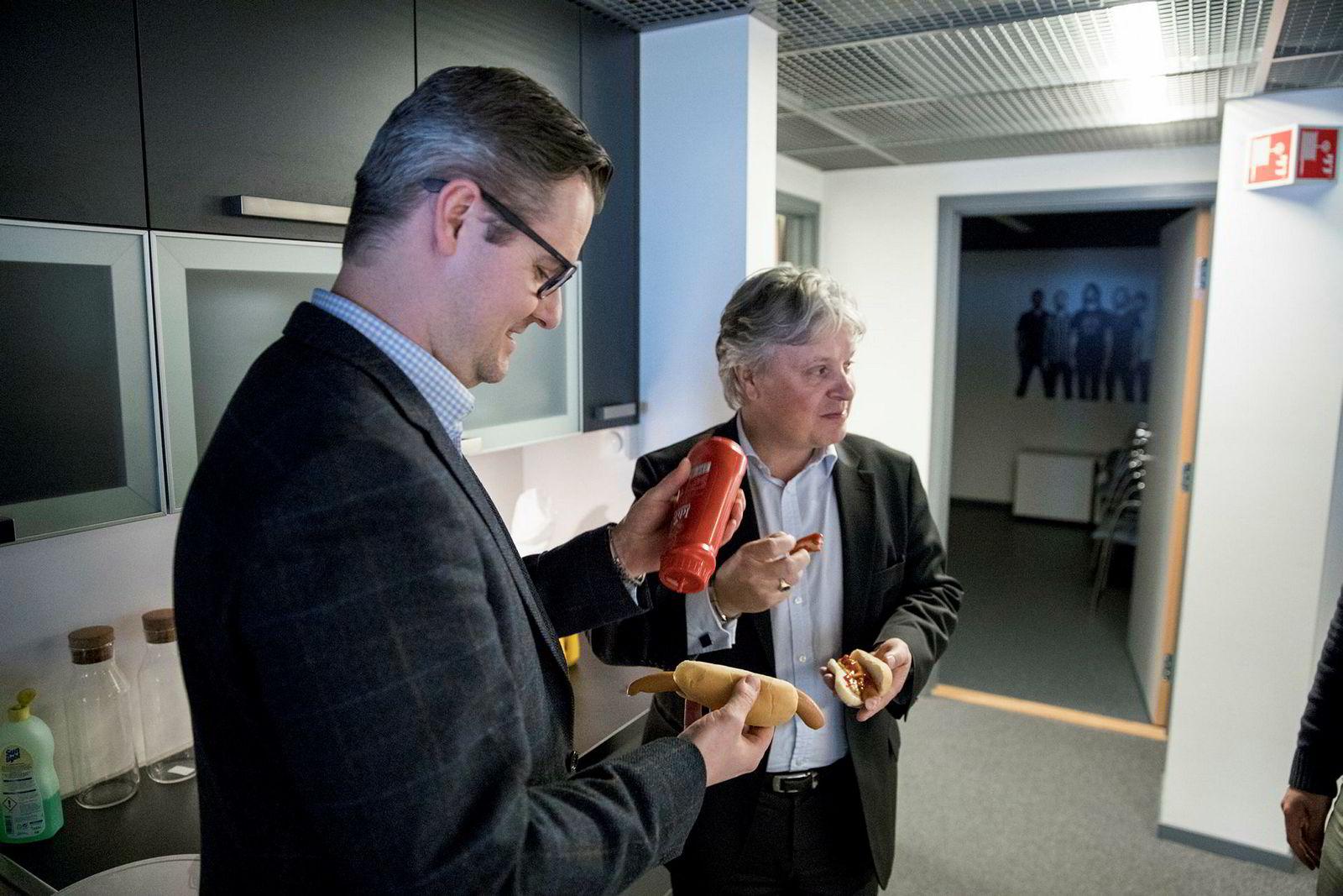 Nordea-toppsjef Casper von Koskull (til høyre) får smake på standardkosten til gründerne i inkubatoren The Factory på Fornebu av daglig leder Ingar Bentsen.