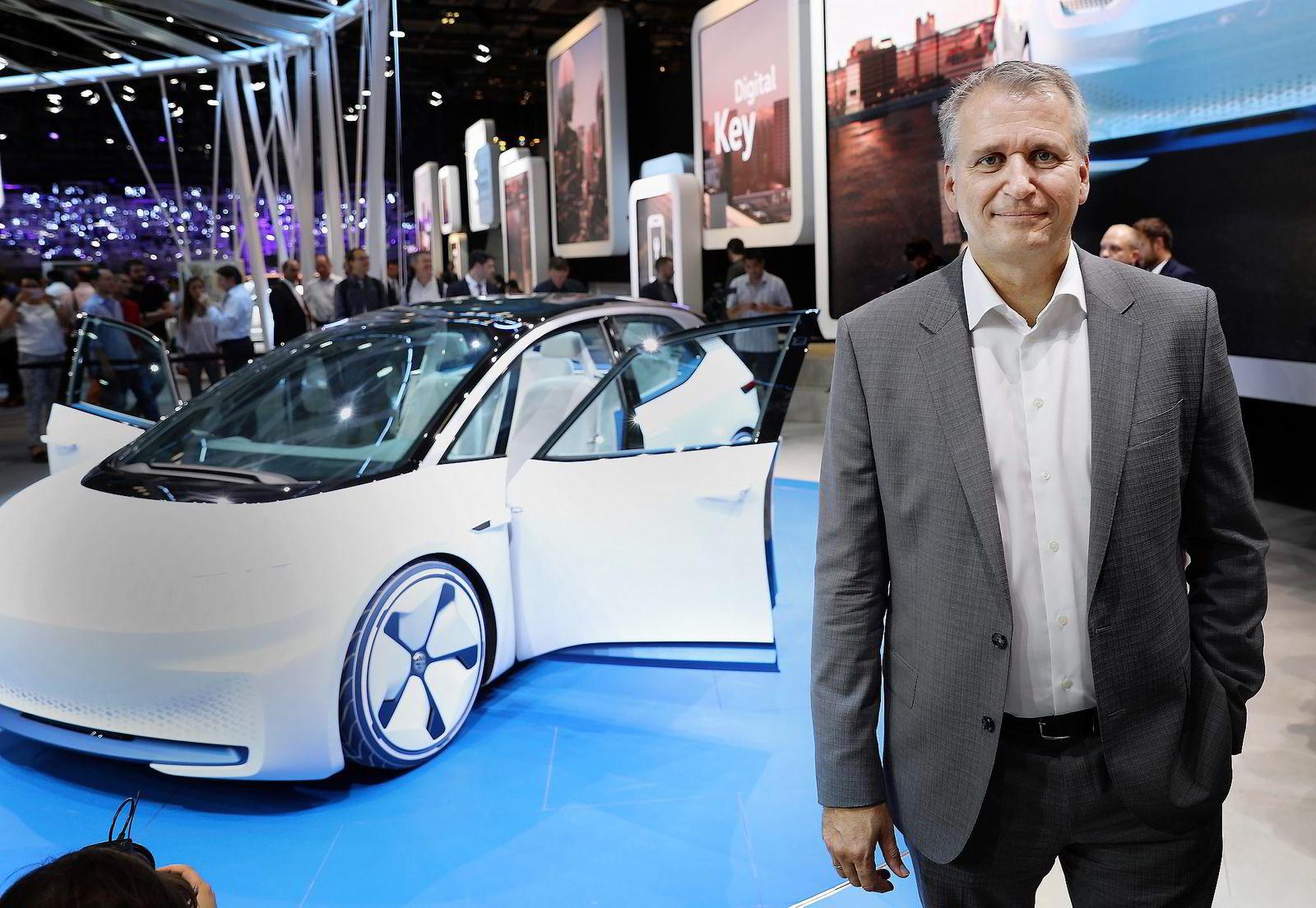 Terje Male, påtroppende konsernsjef i Møllergruppen, mener bilbransjen står foran kjempeutfordringer med den nye teknologiutviklingen. Bak ham står Volkswagens nye ID.