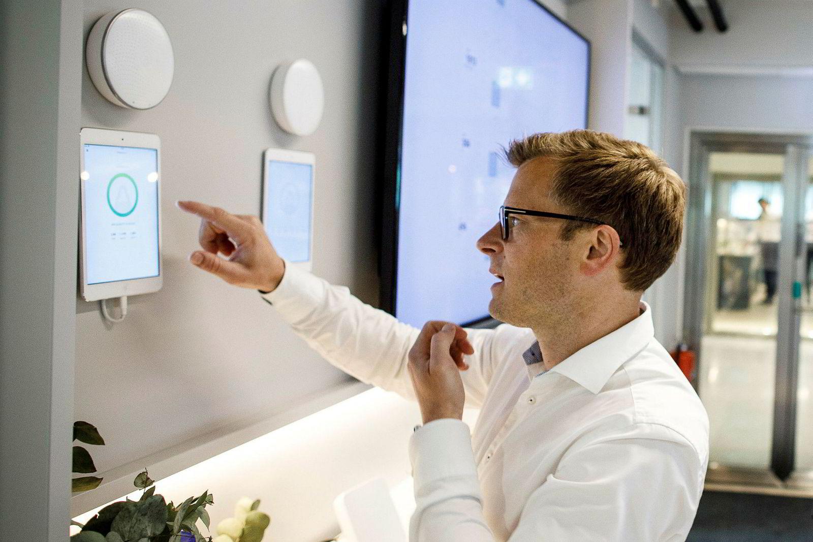 Gründer og teknisk direktør Erlend Bolle i Airthings demonstrerer hvordan luftkvaliteten i rommet overvåkes av deres runde apparat, som henger på veggen. Dataene sendes til en skytjeneste så det kan varsles og analyseres.