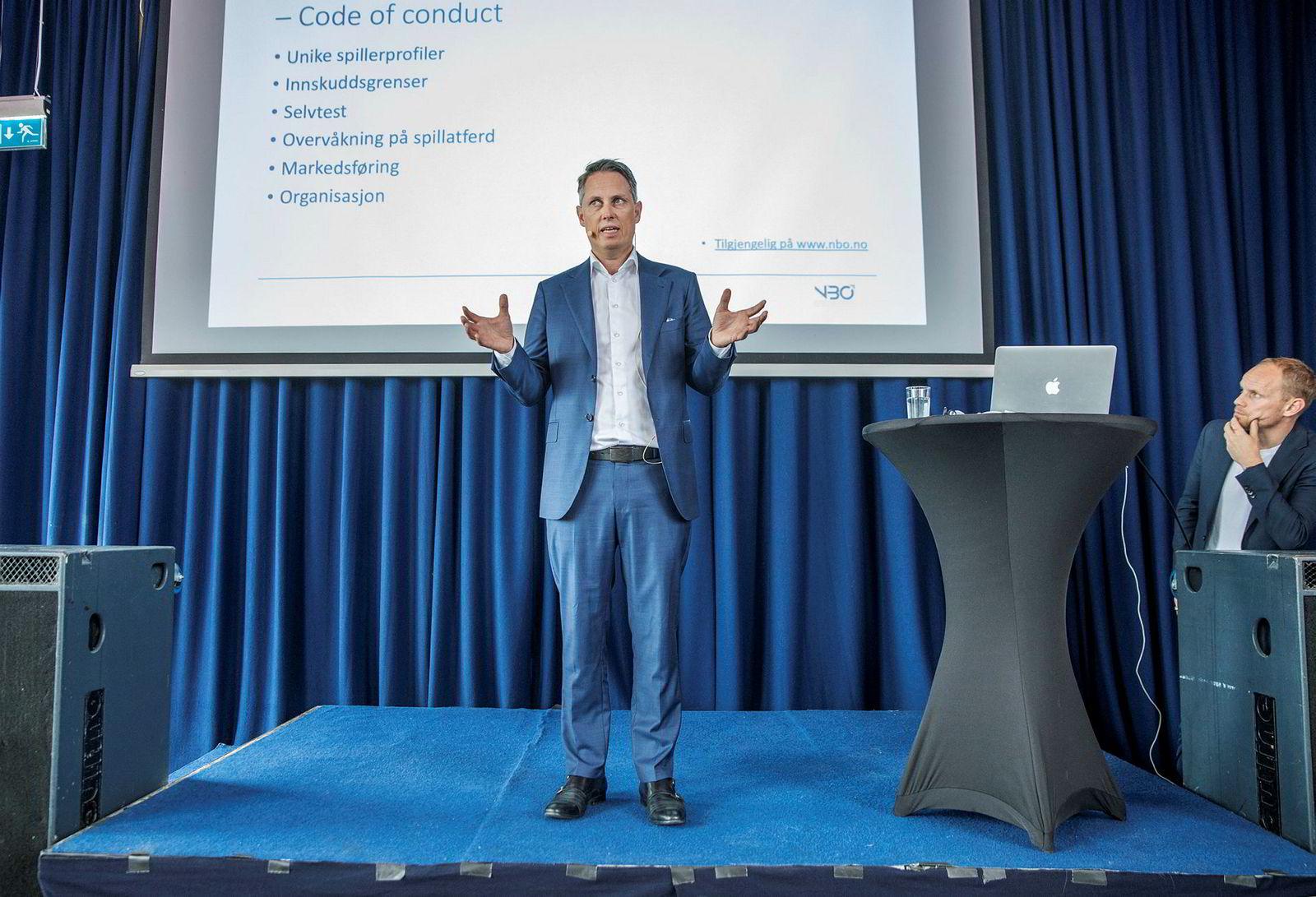 Generalsekretær Carl Fredrik Stenstrøm i NBO på scenen under mandagens arrangement.