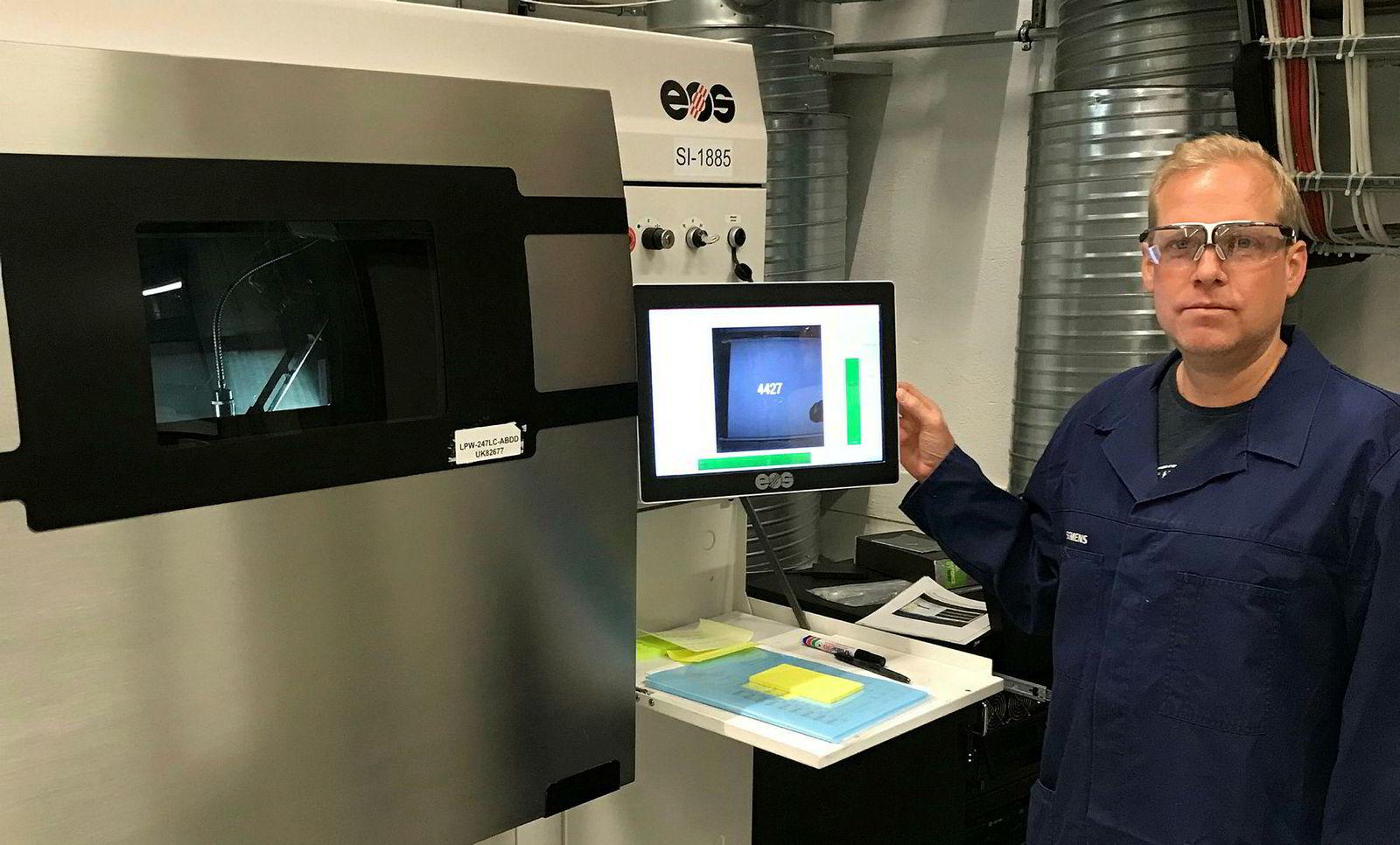 Jonny Valette startet som printoperatør for to år siden. Nå jobber han med å optimalisere de digitale systemene som styrer 3D-printerne.