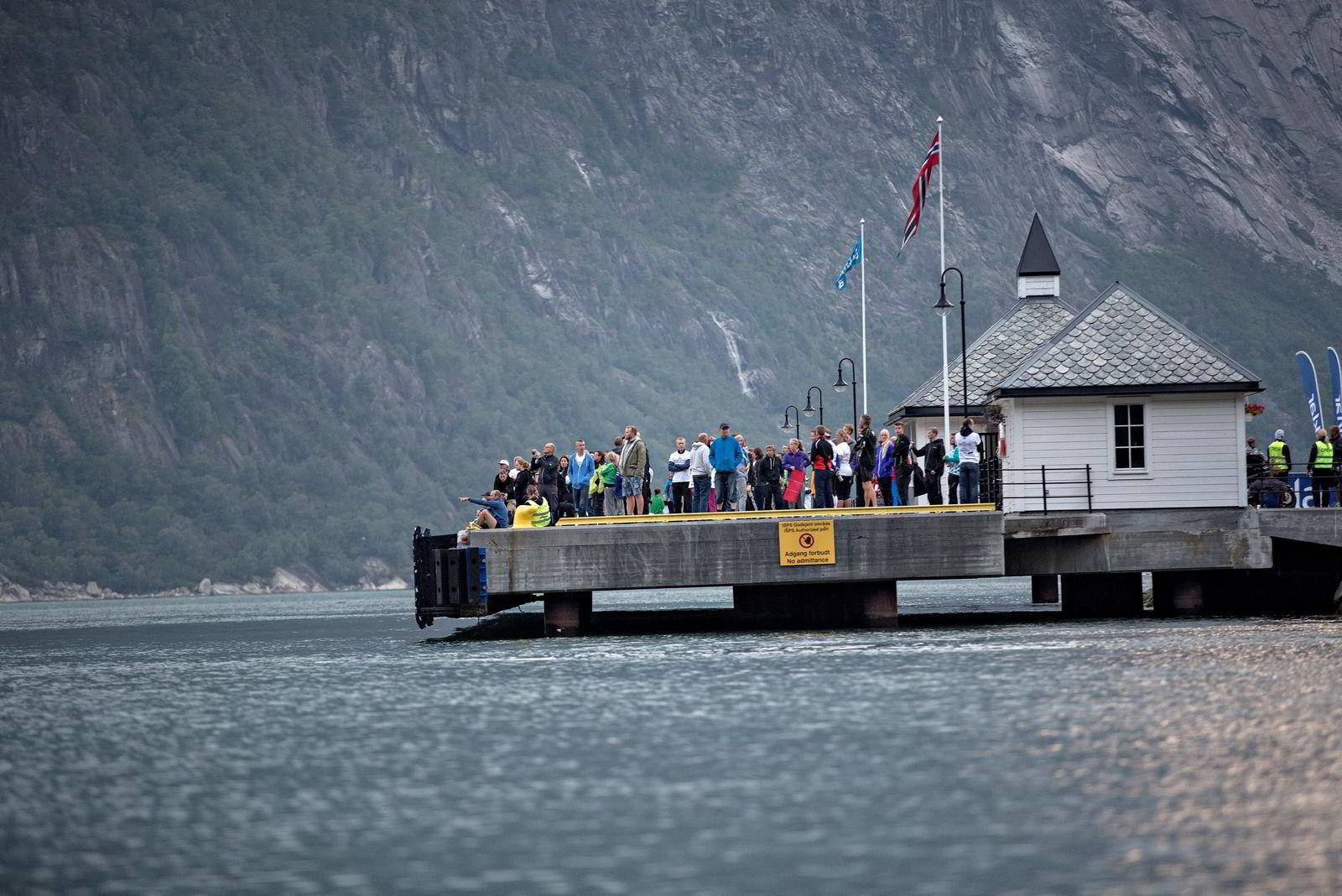 Like før klokka 0600 er cruisekaien full av skuelystne som venter på de første svømmerne.