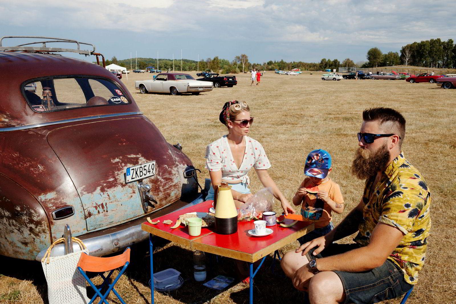 Veronica Antonsson og Nicklas Gren har innredet både leilighet, bil og piknikkbord som om de levde på 40-tallet. Til Wheels & Wings på Falkenberg kommer de med to barn og en Chevrolet Stylemaster anno 1948.
