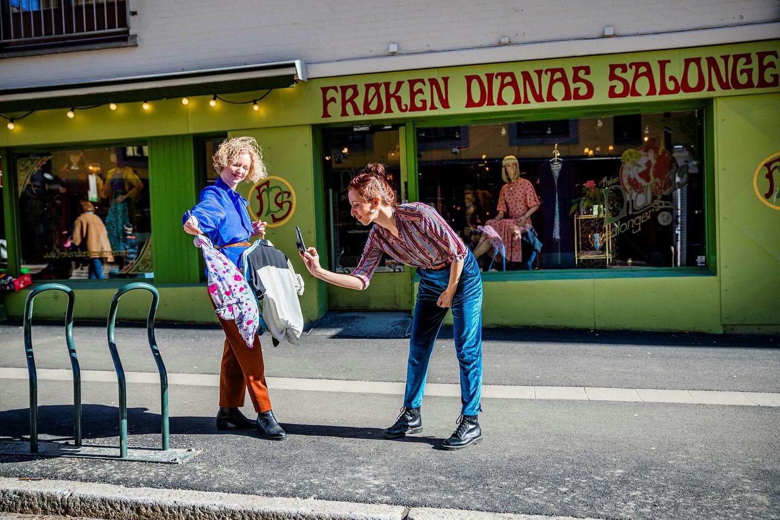 Butikksjef Synne Hewitt (til høyre) og Karoline Gullberg tar bilder av bluser for Instagram, de gjør hva de kan for å selge varer over nett når kundene ikke er i butikken.