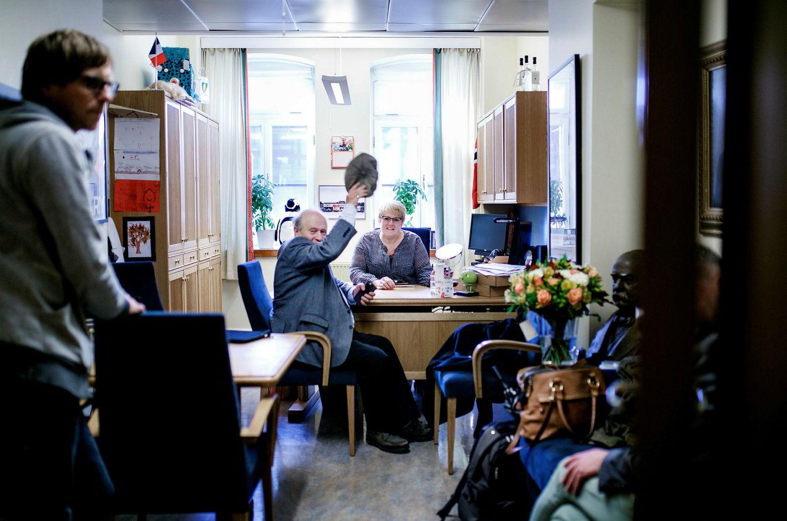 Venstre-leder Trine Skei Grande har kontordag på Stortinget to dager etter valget. Valgkampen skal analyseres, og partiledelsen vil egentlig ikke si så mye til pressen ennå. DNs fotograf ble likevel hilst velkommen inn for en titt. Her rådfører Grande seg med tidligere Venstre-leder Odd Einar Dørum.