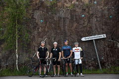 Mens andre løper i skogen må Leif Kristian Haugen (fra venstre), Aleksander Aamodt Kilde, Aksel Lund Svindal og Henrik Kristoffersen sykle motbakkeintervaller på 4 minutter mot Grefsenkollen pga dårlige bein.