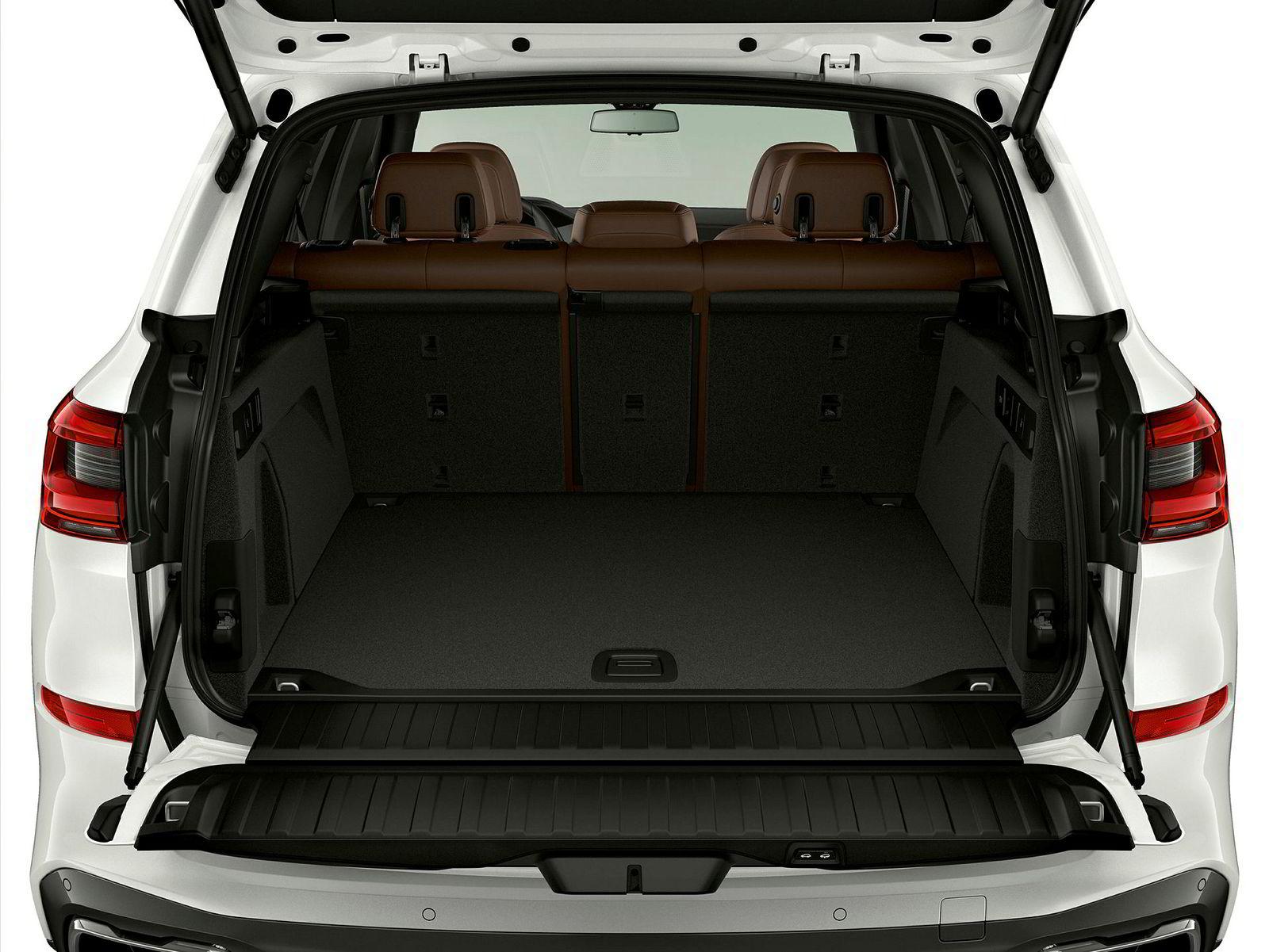 Bagasjerommet tar 500 liter, som er 150 liter mindre enn bilene som ikke er hybrider. Legg ned baksetet så er det plass til 1716 liter.
