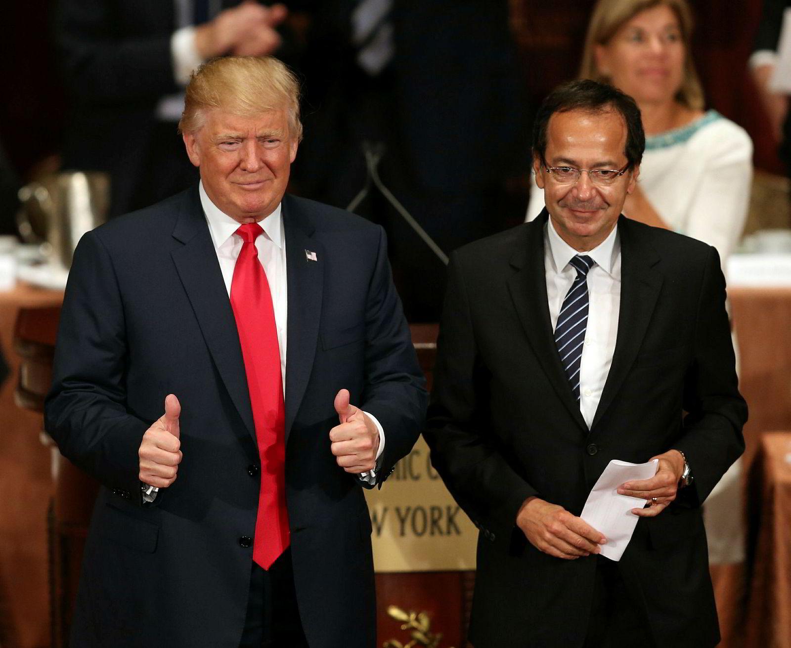 Donald Trump (til venstre) og milliardærinvestoren John Paulson, her avbildet under en valgkamplunsj med Trumps støttespillere i New York i forkant av valget.