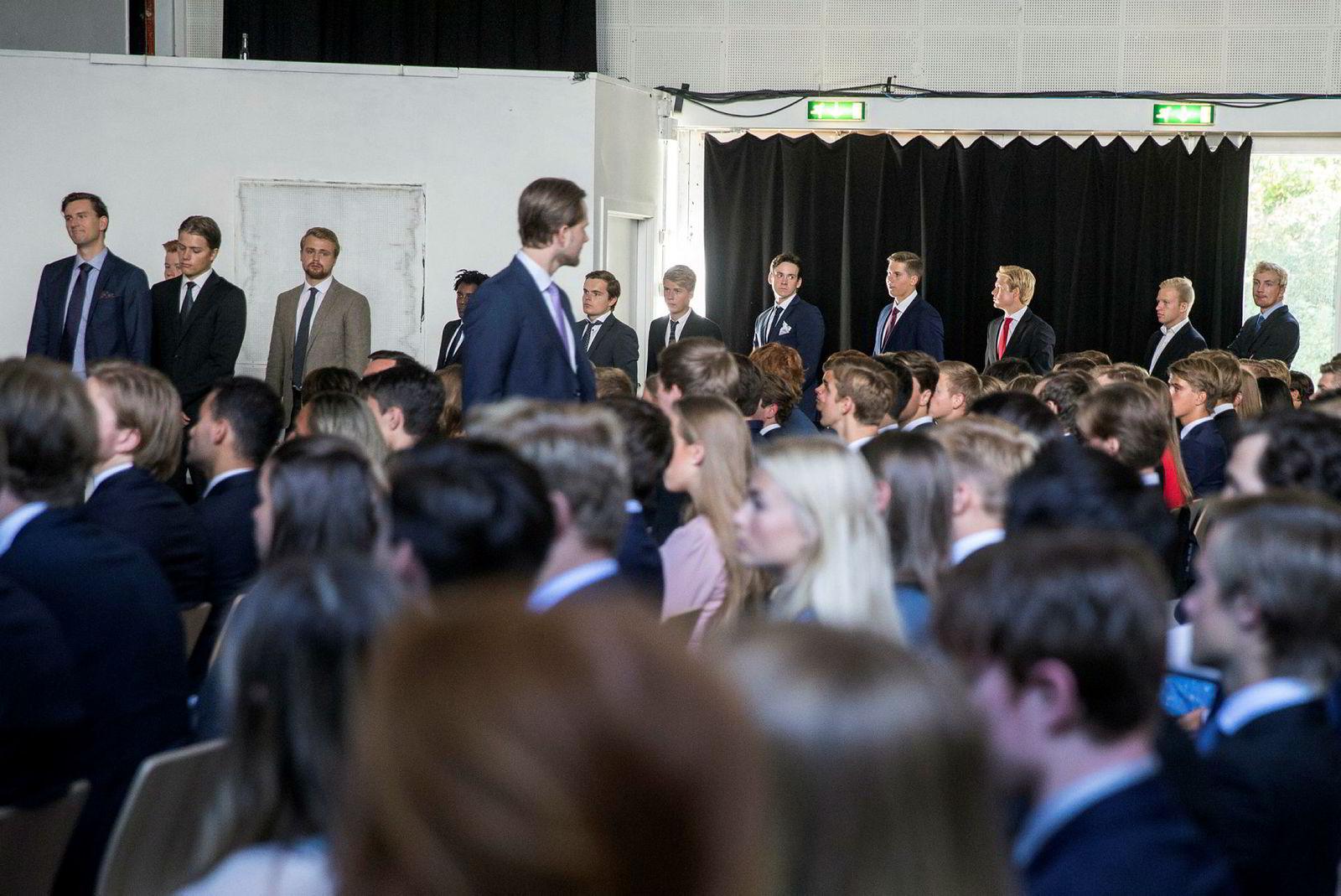 NHH-studenter venter spent på å håndhilse på rektor og prorektor, under den høytidelige immatrikuleringen. – The future's so bright, I gotta wear shades, sa rektoren spøkefullt under seremonien.