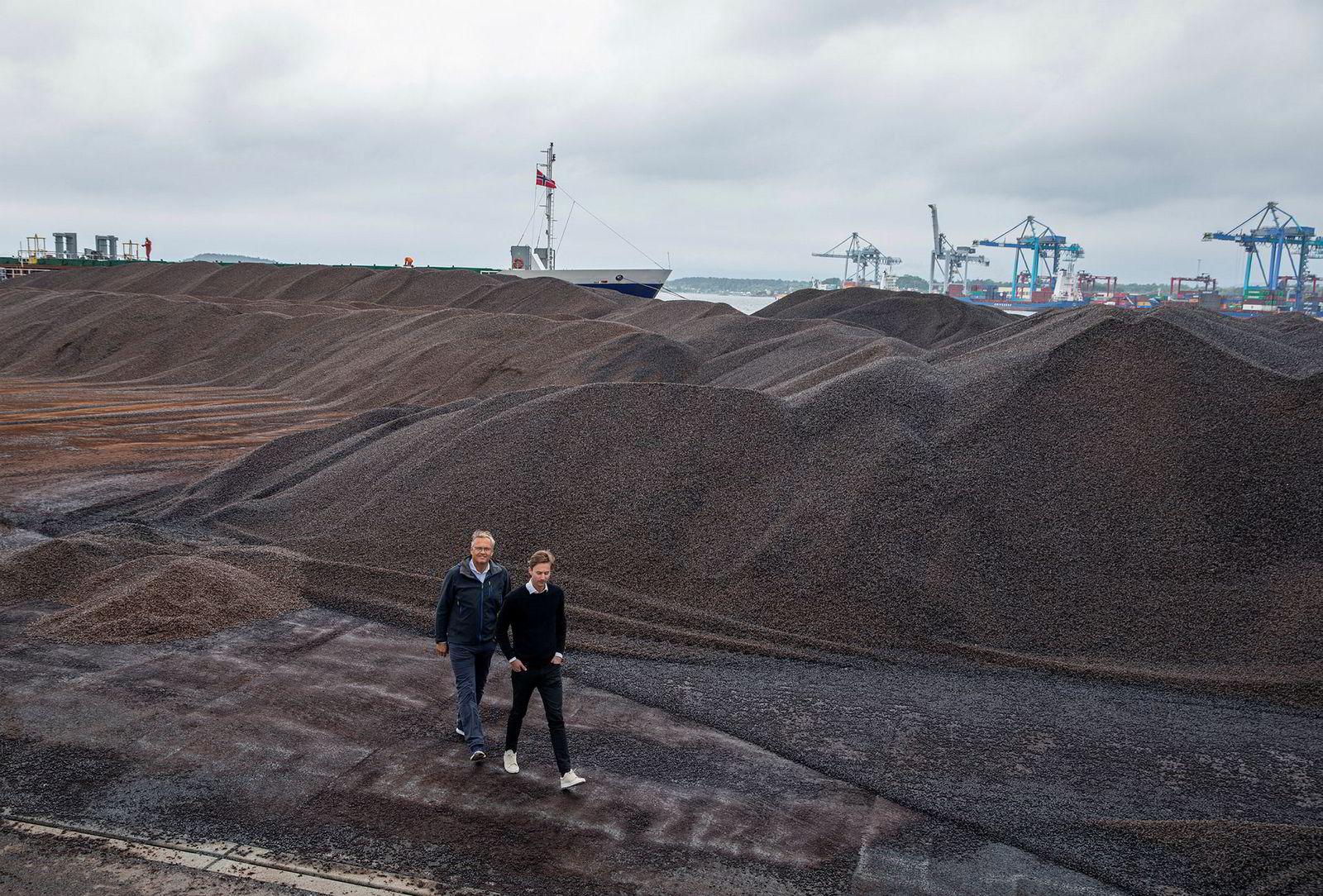 Bjørn Halvard Knappskog, daglig leder (til høyre), og gründer Rune Brusletto i Arbaflame er klare for å sende ut sitt til nå største parti pellets fra Oslo havn.