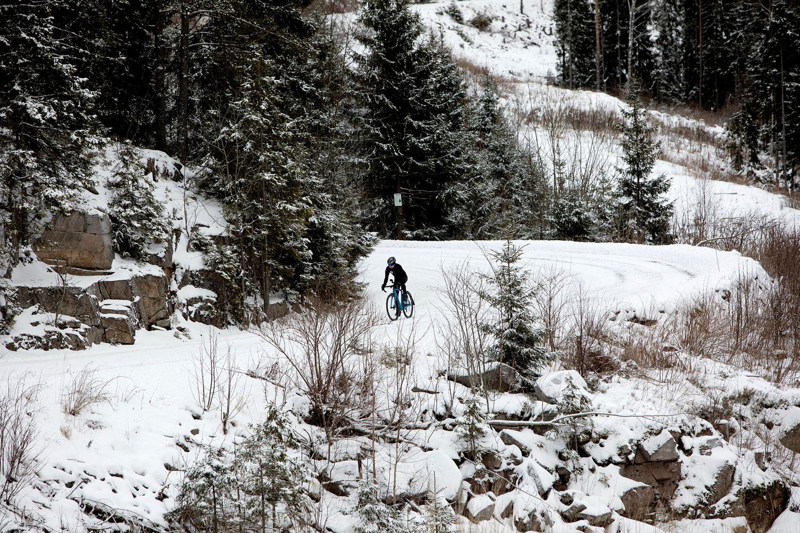 I svingene oppover fra Maridalen hersker stort sett stillheten. Boldingh bruker helst dagslyset i helgene til vintersyklingen.