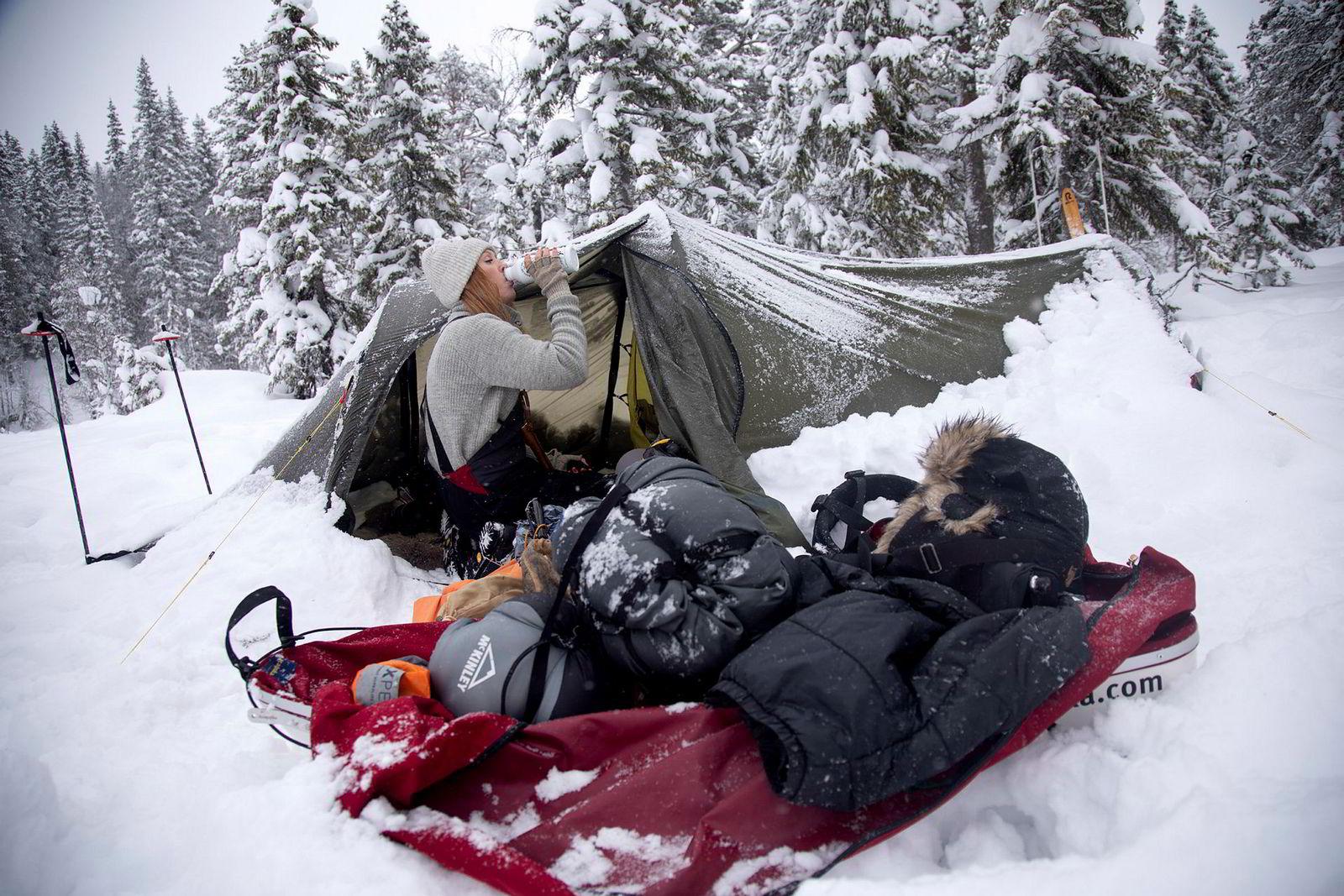 Når turen er over gjenstår nedpakking og hjemreise. Bodil Gilje elsker teltlivet. Hun stikker mer enn gjerne ut i vinterkulden for å overnatte i soveposen.