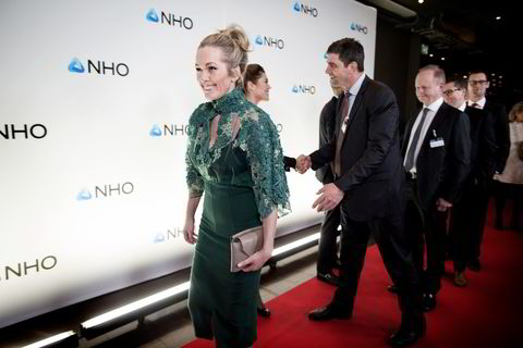 Anita Krohn Traaseth i Innovasjon Norge ankom torsdag kveld festmiddagen i anledning NHOs årskonferanse i Oslo Spektrum. I bakgrunnen hilser Høyres Gunnar Gundersen på NHOs Kristin Skogen Lund.