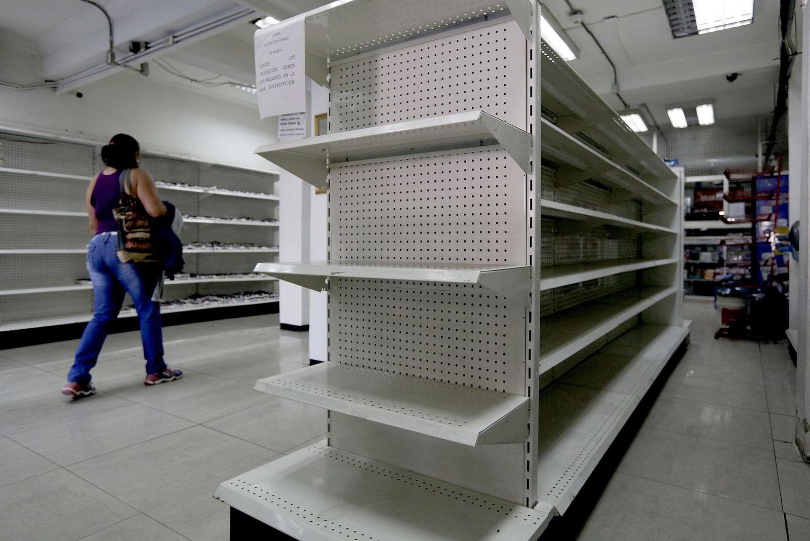 Tomme hyller er blitt et vanlig syn for innbyggerne i Venezuela. Både mavarer og medisiner er mangelvare i landet. Her fra et apotek i landets hovedstad i februar i år. Foto: REUTERS/Marco Bello/NTB Scanpix